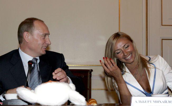 PÅ BESØK: President Vladimir Putin er her fotografert sammen med Tatjana Navka i forbindelse med at hun var på besøk på presidentresidensen Novo-Ogarjovo i 2007. Lørdag gifter hun seg med Putins talsmann Dmitrij Peskov.