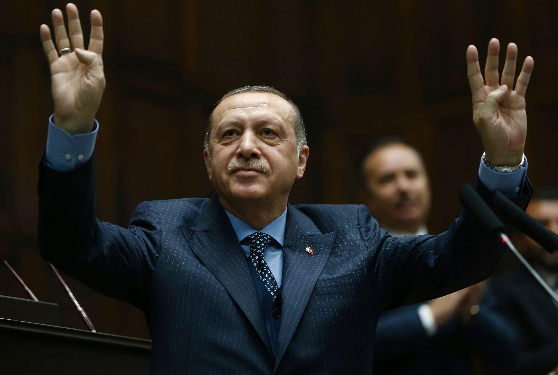 KNYTTES TIL ANKLAGEN: Rettssaken på Manhattan går helt opp til Tyrkias president Recep Tayyip Erdogan. Her fra et møte i parlamentet i Ankara 28. november.
