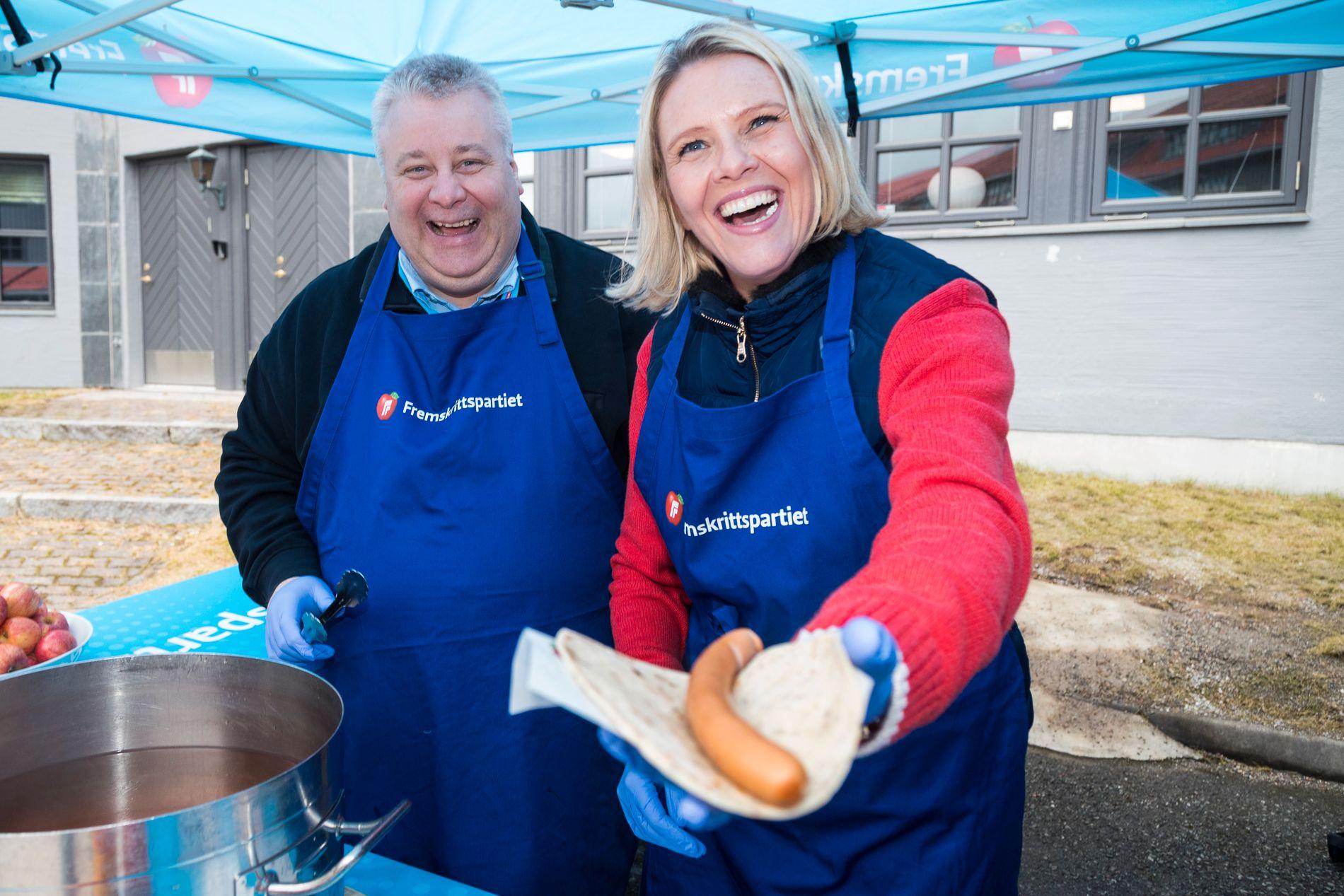 PANIKK? Det var ingen panikk å spore da Bård Hoksrud og Sylvi Listhaug serverte pølser til landsmøtet på fredag.
