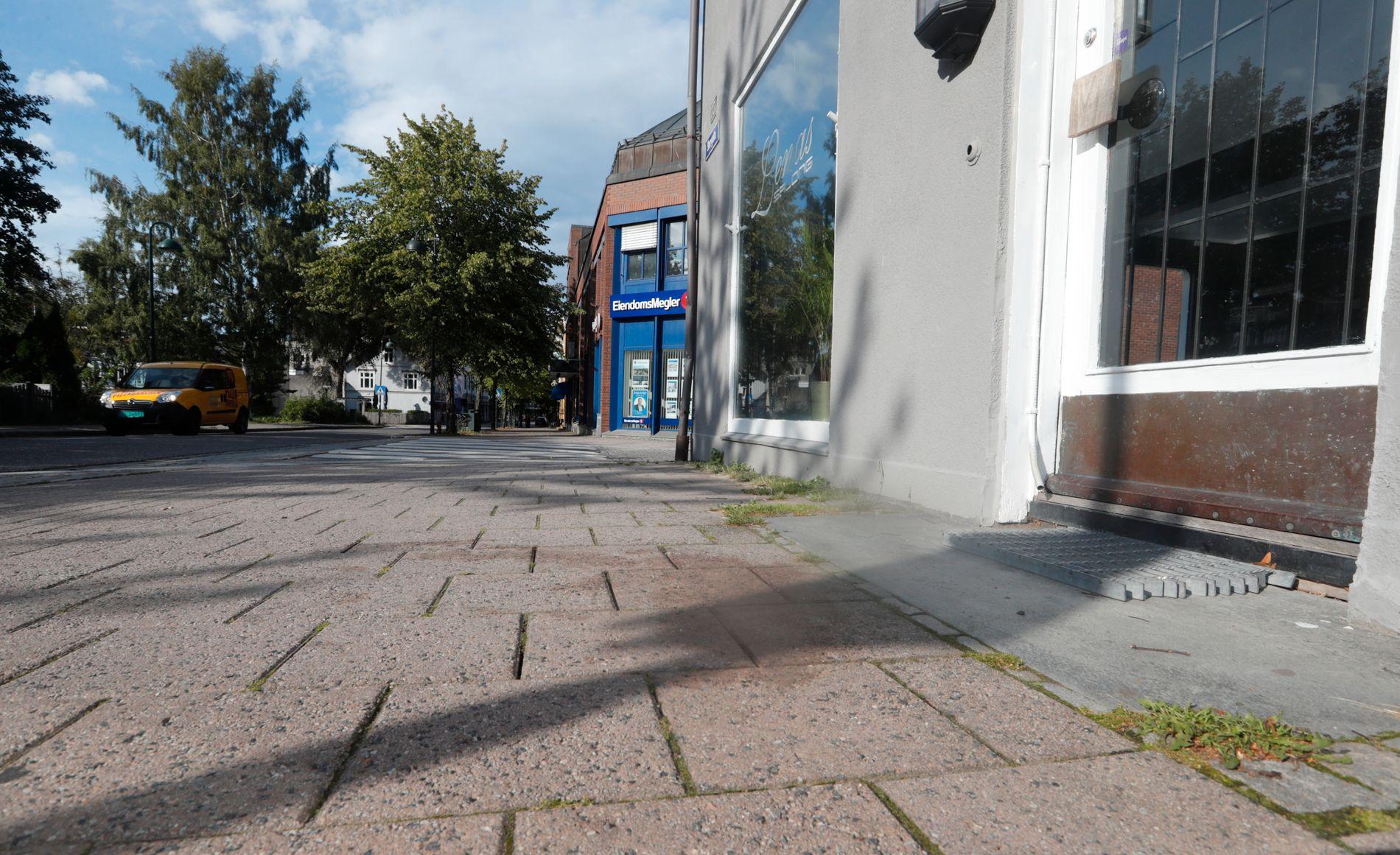 ALVORLIG VOLDSHENDELSE: Tre personer ble funnet skadet utenfor denne bygningen i Storgata i Horten natt til lørdag.