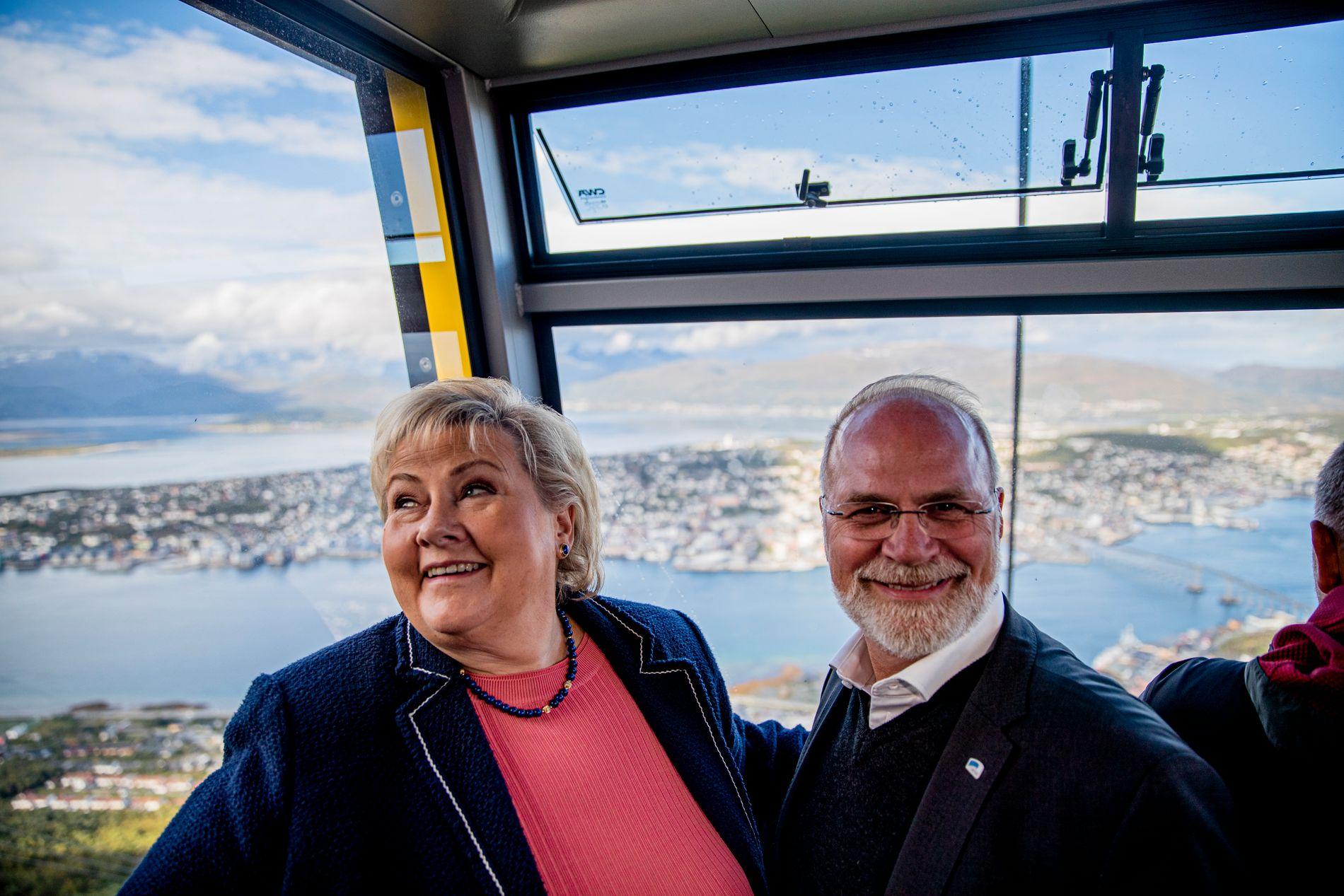STATSMINISTERBESØK: Høyre-leder Erna Solberg og ordførerkandidat Hans Petter Kvaal (H) opp fjellheisen til Fløya i Tromsø.