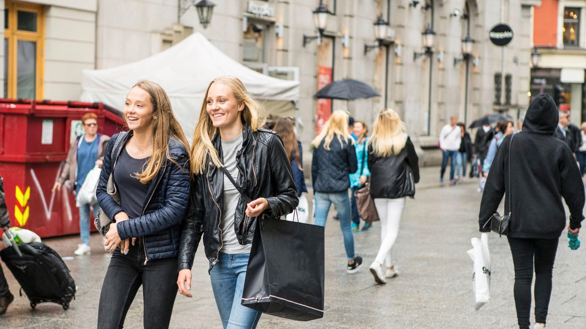 EKSPERTER BEKYMRET: Nær en av ti unge sier de bruker forbrukslån for å forsørge seg selv. Her er unge jenter på shopping i Karl Johans gate i Oslo.