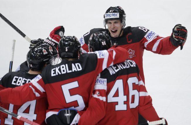 EN AV MANGE STJERNER: Canadas kaptein Sidney Crosby jubler sammen med lagkameratene etter et mål mot Sverige i grunnspillet. Svenskene ledet 3-0, men kanadierne vant 6-4 etter tre mål i siste periode - det siste ved Tyler Seguin.