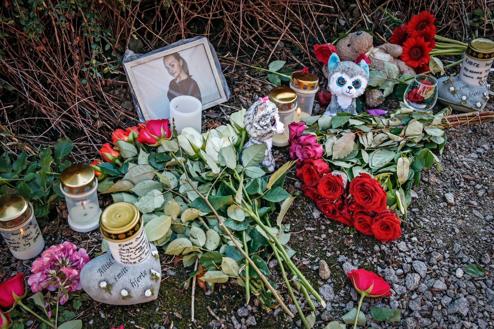 FUNNSTEDET: Ved stien der Sunniva Ødegård ble funnet er det lagt ned blomster, kort, lys og bamser.