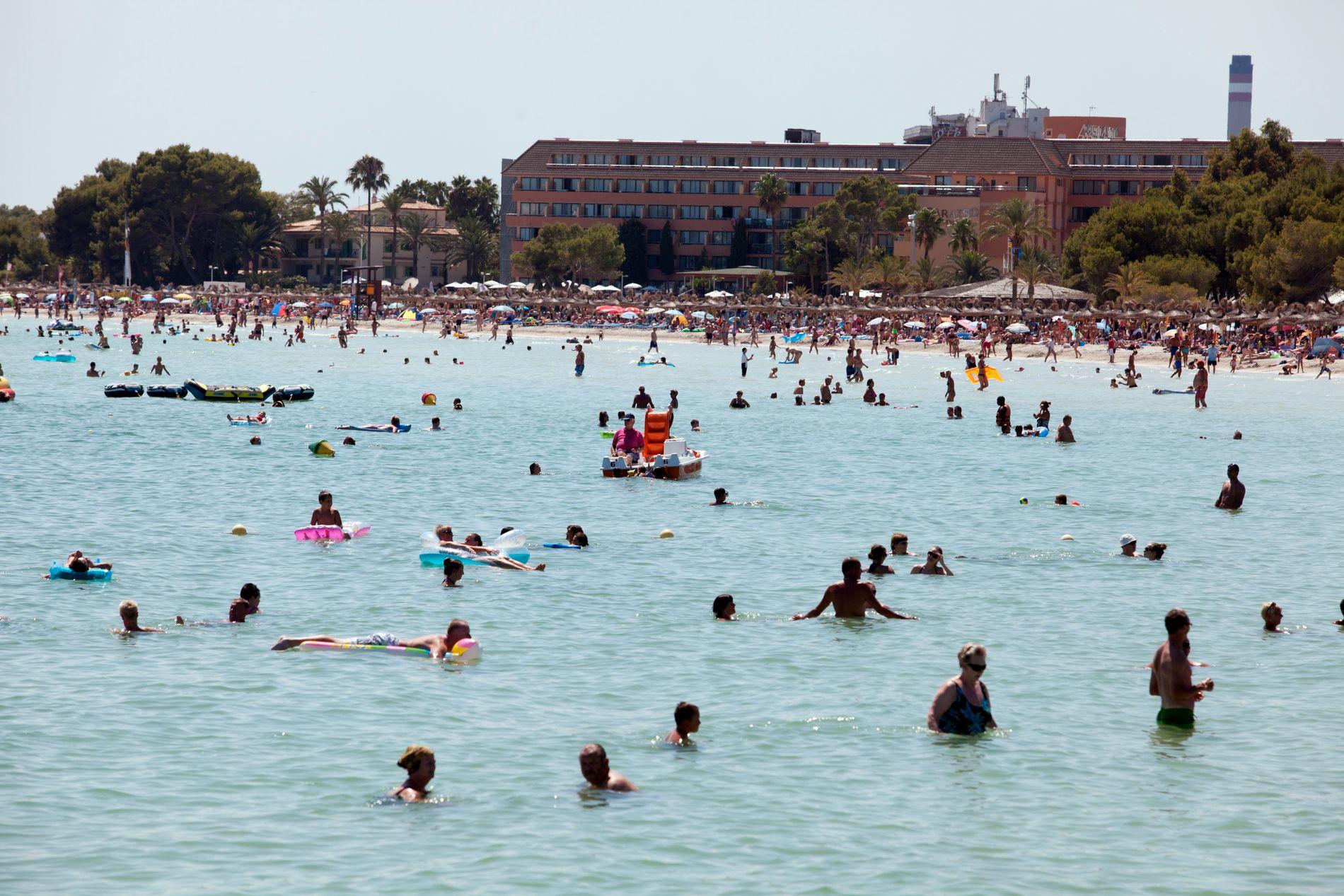 FERIEPARADIS: Tusenvis av nordmenn tar turen til Magaluf hver sommer. Her er bystranda på partystedet, som ligger på sørvestkysten av Mallorca, avbildet i 2013.