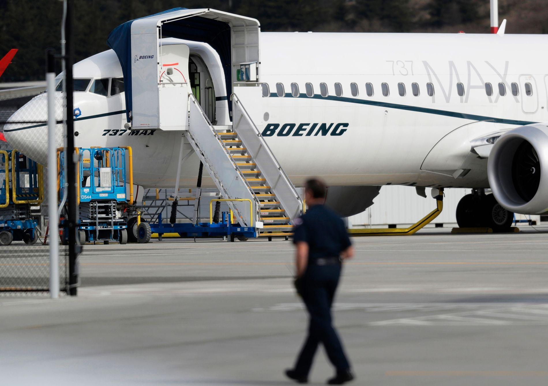 UTE AV DRIFT: Boeing har satt av over 40 milliarder kroner til å dekke kostnader som flyselskapene har blitt påført i forbindelse med at 737 MAX-flyene er tatt ut av drift. Her et 737 MAX 8-fly satt på bakken i Seattle i USA. Foto: