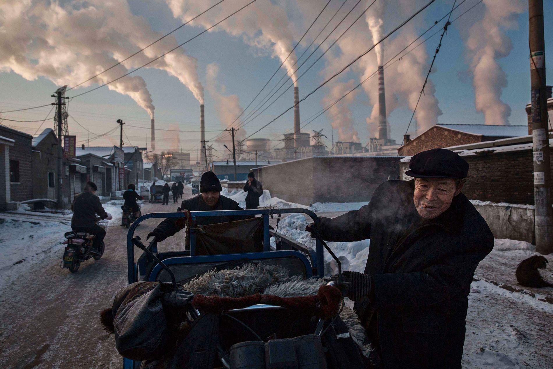 KULL OVER TOPPEN? Flere klimaforskere mener Kina kan bli nøkkelen i kampen mot klimaendringer og utslipp i fremtiden. Her kinesiske menn ved det store kullkraftverket i Shanxi i november 2015.