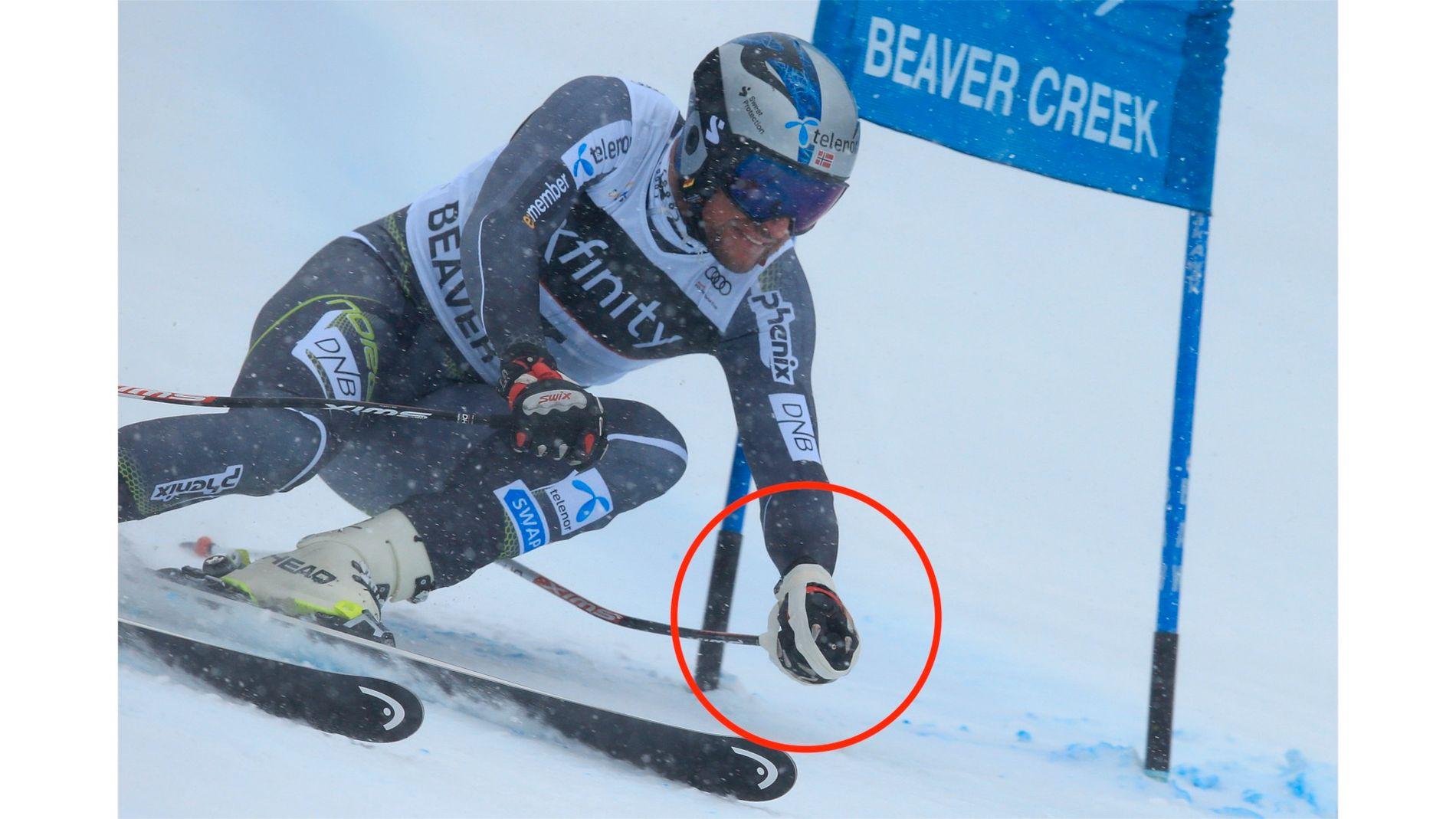 TEIP-LØSNING: Aksel Lund Svindal på vei ned super-G-løypa i Beaver Creek. På venstre hånd kan du se teipen som holder staven til skihansken.