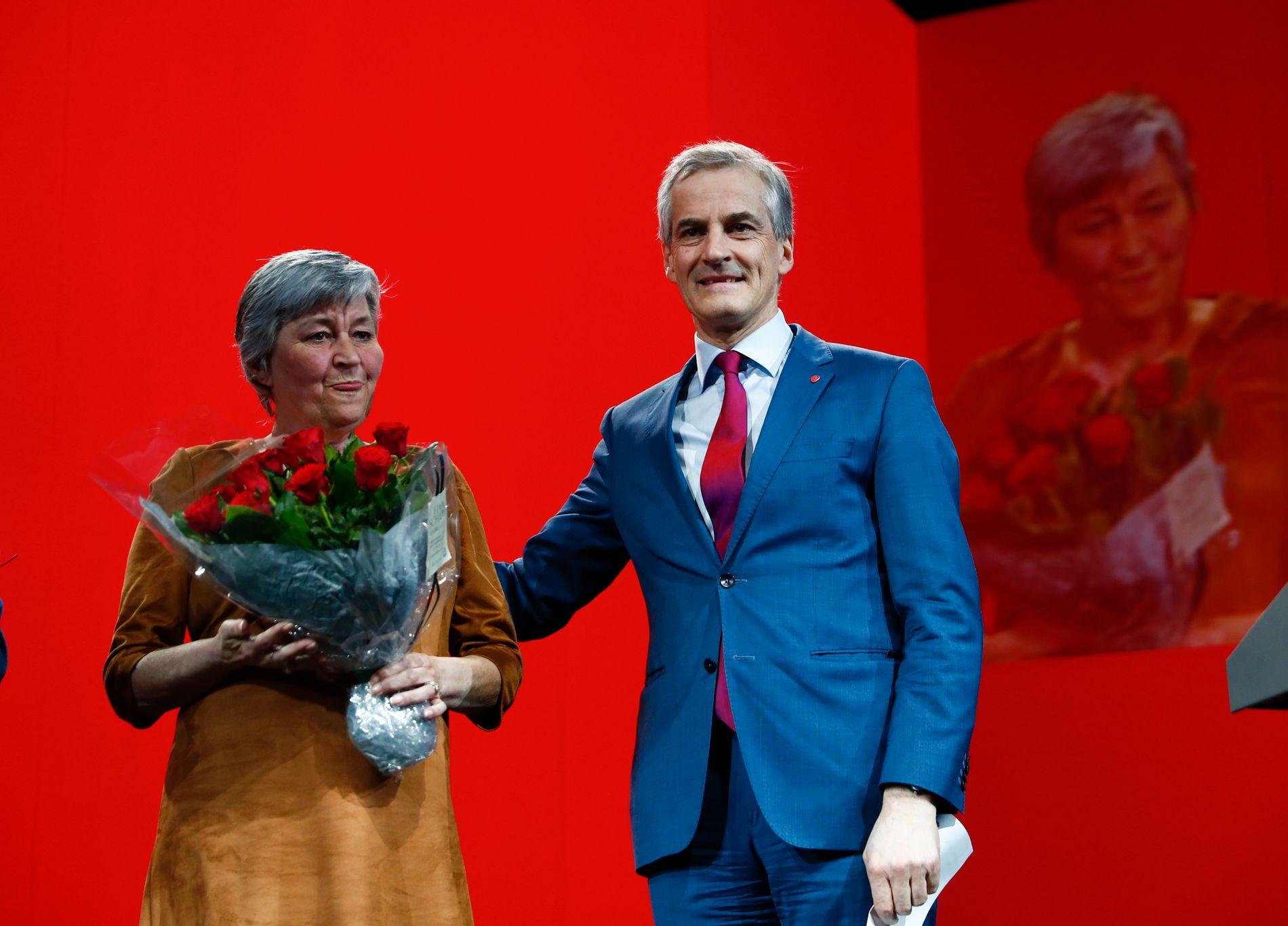 ØKER STØTTEN: LO-Gerd åpner lommeboka for Ap. Her takket partileder Jonas Gahr Støre takker LO-leder Gerd Kristiansen for innsatsen i landsstyret på landsmøtet til Arbeiderpartiet.