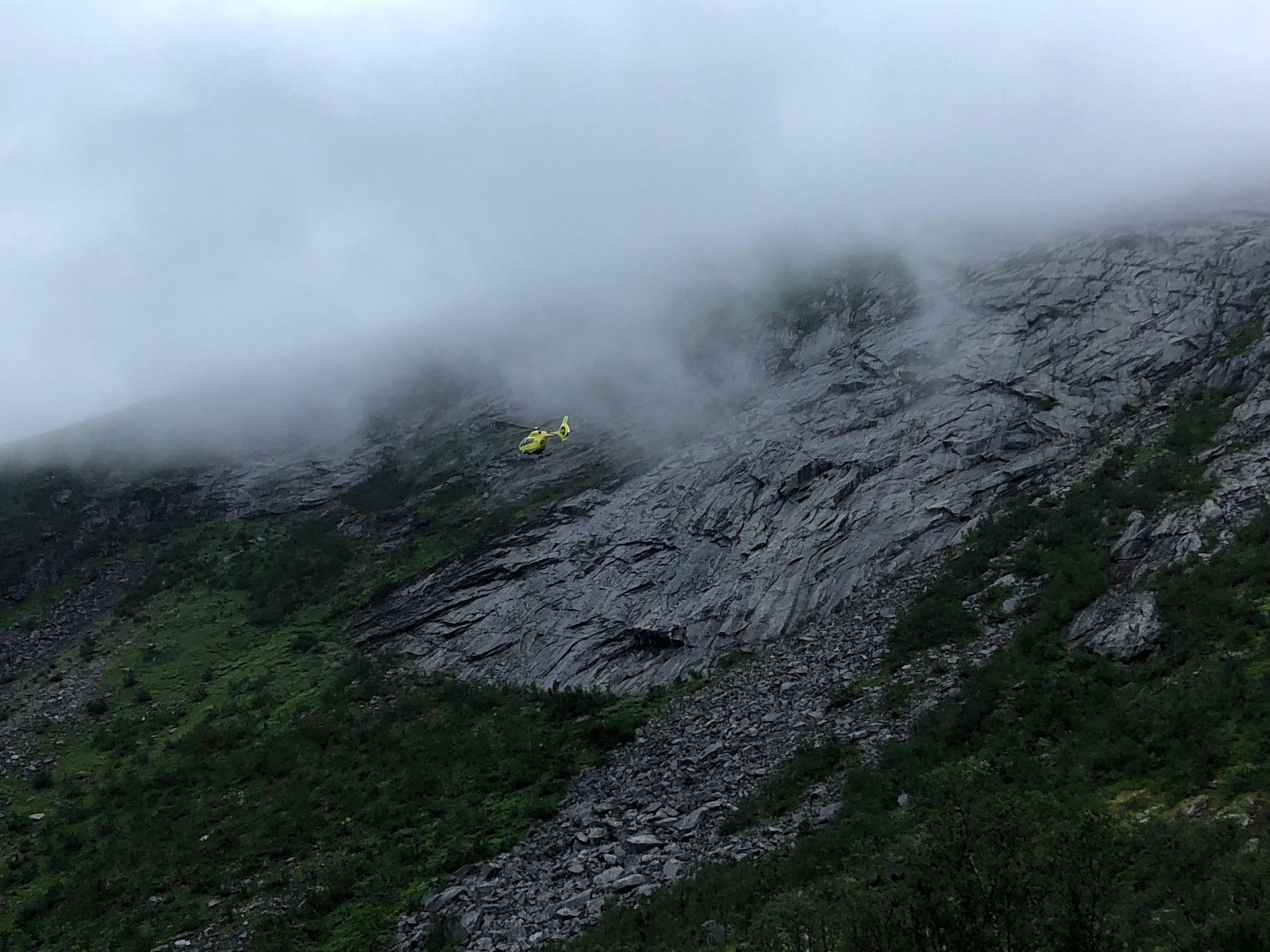 TÅKE: To luftambulanser har vært i sving i forbindelse med at et turfølge på tre har satt seg fast på et fjell på Senja.