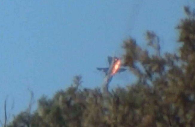 STYRTET: Bildet av en kampfly som styrter over Syria sirkulerer nå på nettet. Tyrkia hevder tyrkiske F-16-jagere skjøt ned flyet fordi det var i deres luftrom, mens Russland hevder flyet ble skutt ned av antiluftskyts fra bakken, og at flyet alltid var i syrisk luftrom.