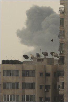 GAZA ANGREPET: Her ryker det fra en bygning i Gaza etter et angrep fra det israelske militæret. Tre personer ble drept i angrepene. FOTO: REUTERS