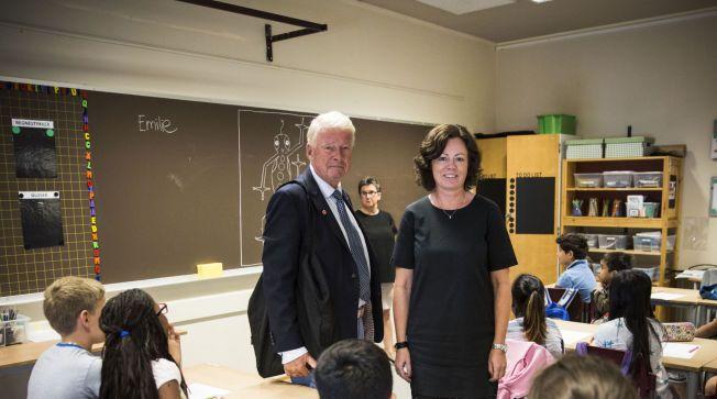 KOBLER PÅ BARNEVERNET: Barneminister Solveig Horne (Frp) og gruppeleder Carl I. Hagen (Frp) på Gran skole i Oslo, med 97 prosent fremmedspråklige elever. Rektor Randi Sømo står bak ved tavlen.