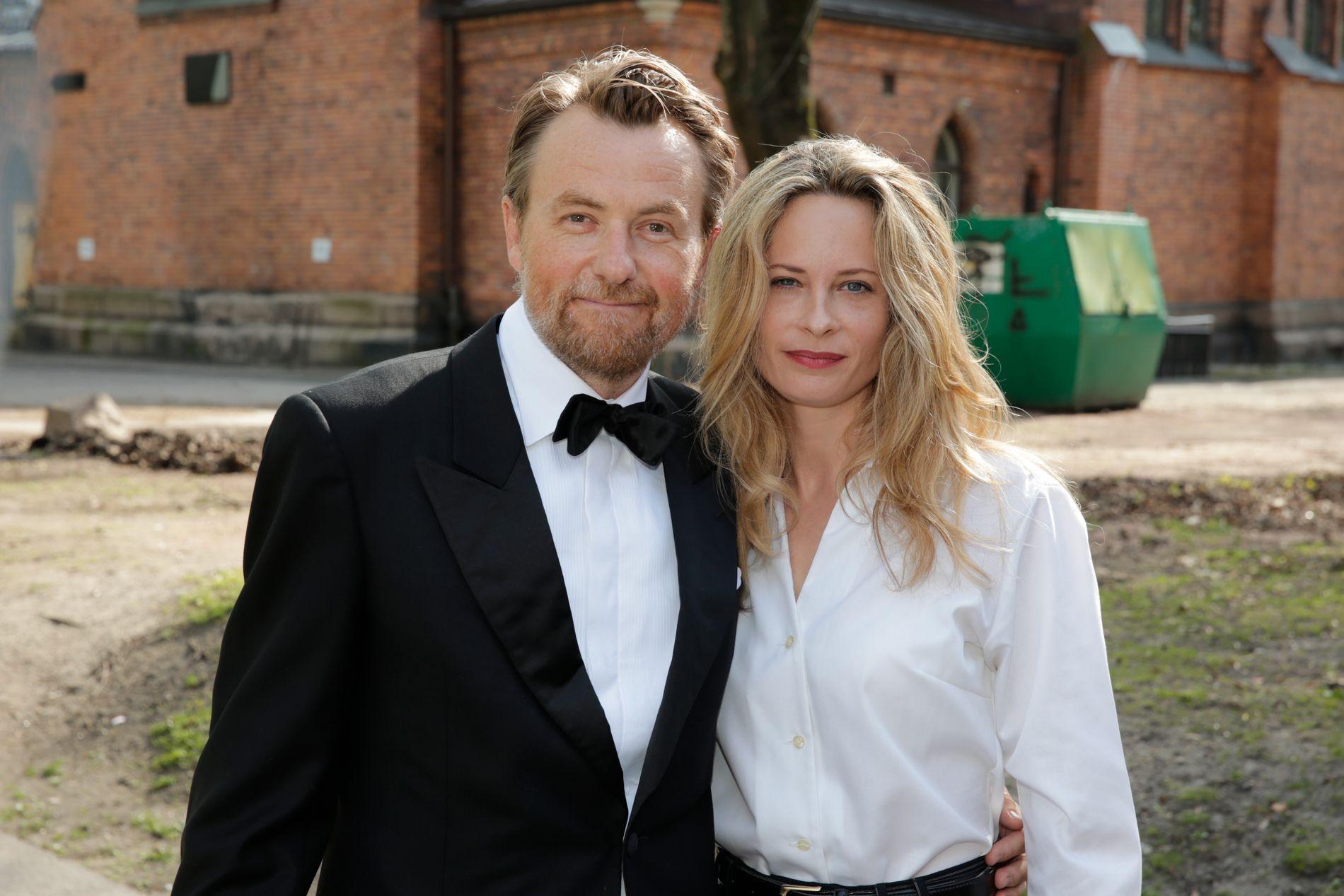 KJENDISPAR: Fredrik Skavlan og Maria Bonnevie i Jenny Skavlan og Thomas Gullestads bryllup i 2014.