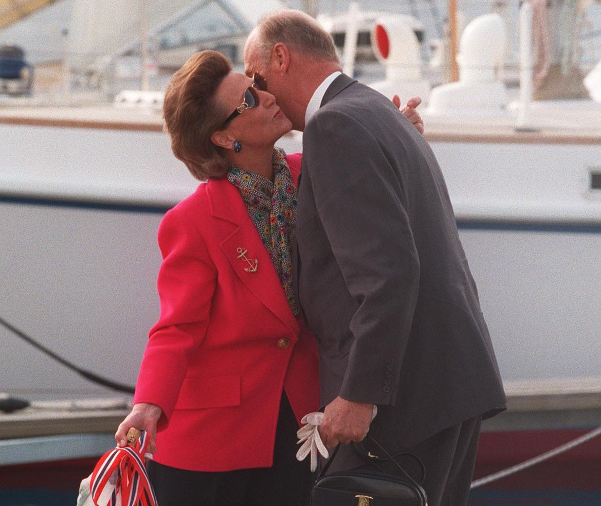 KJÆRLIG ØYEBLIKK:  Dronning Sonja ble belønnet med et kyss på hvert kinn etter å ha døpt kongens nye båt «Fram XIV». Båten var en gave fra norsk næringsliv til kong Haralds 60-årsdag.