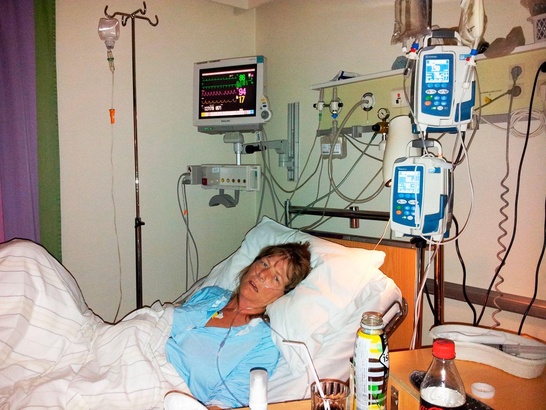 DØDEN NÆR: Bjørg Dalen (47) på sykehuset 23/10-2015. Hun tålte ikke cellegiftbehandlingene og fikk flere infeksjoner. Flere netter ga legene henne 50/50 prosent sjanse for å overleve.