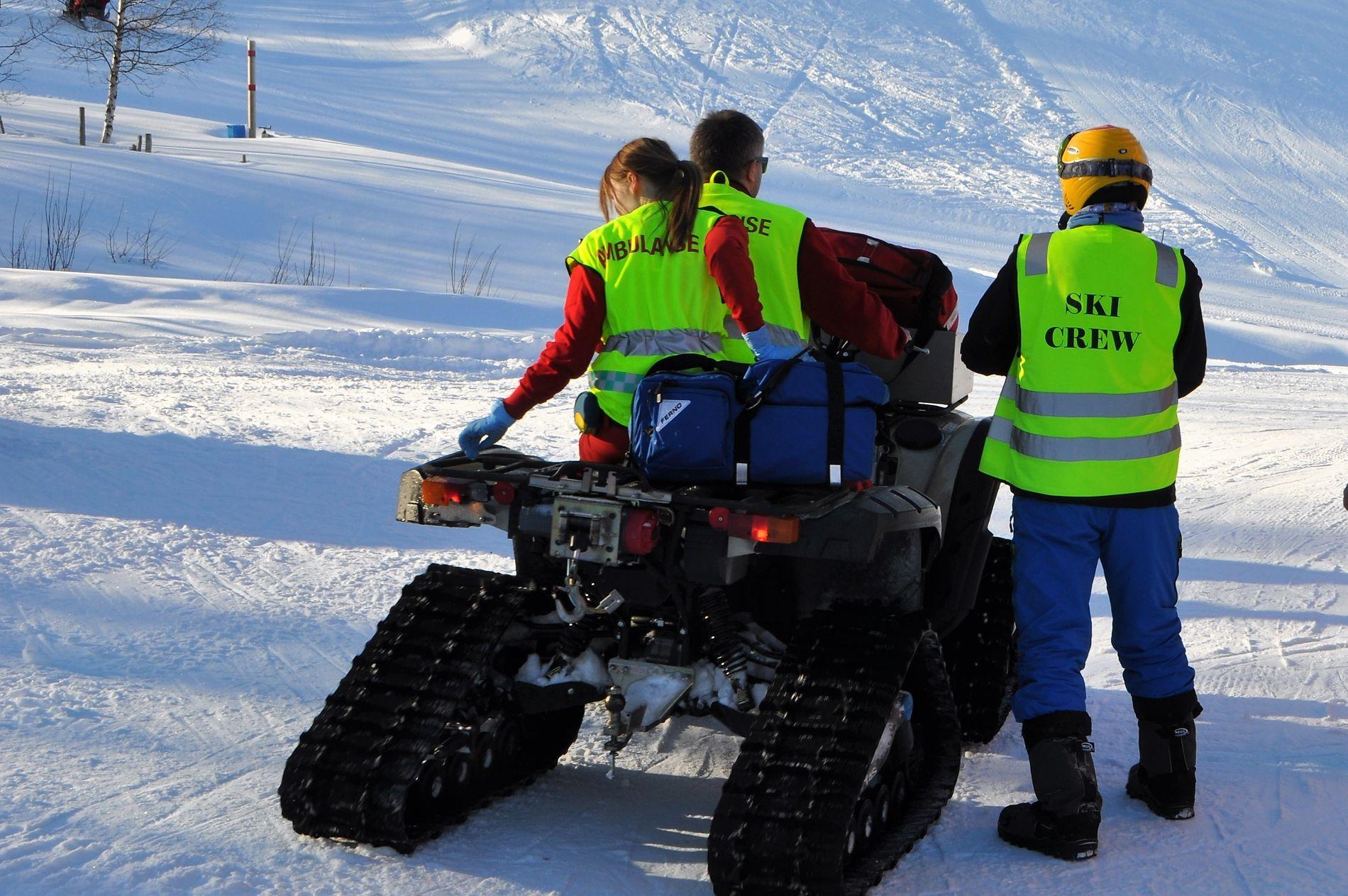 ULYKKE: Redningspersonell på vei mot ulykkesbakken i Vestvatn alpinanlegg.