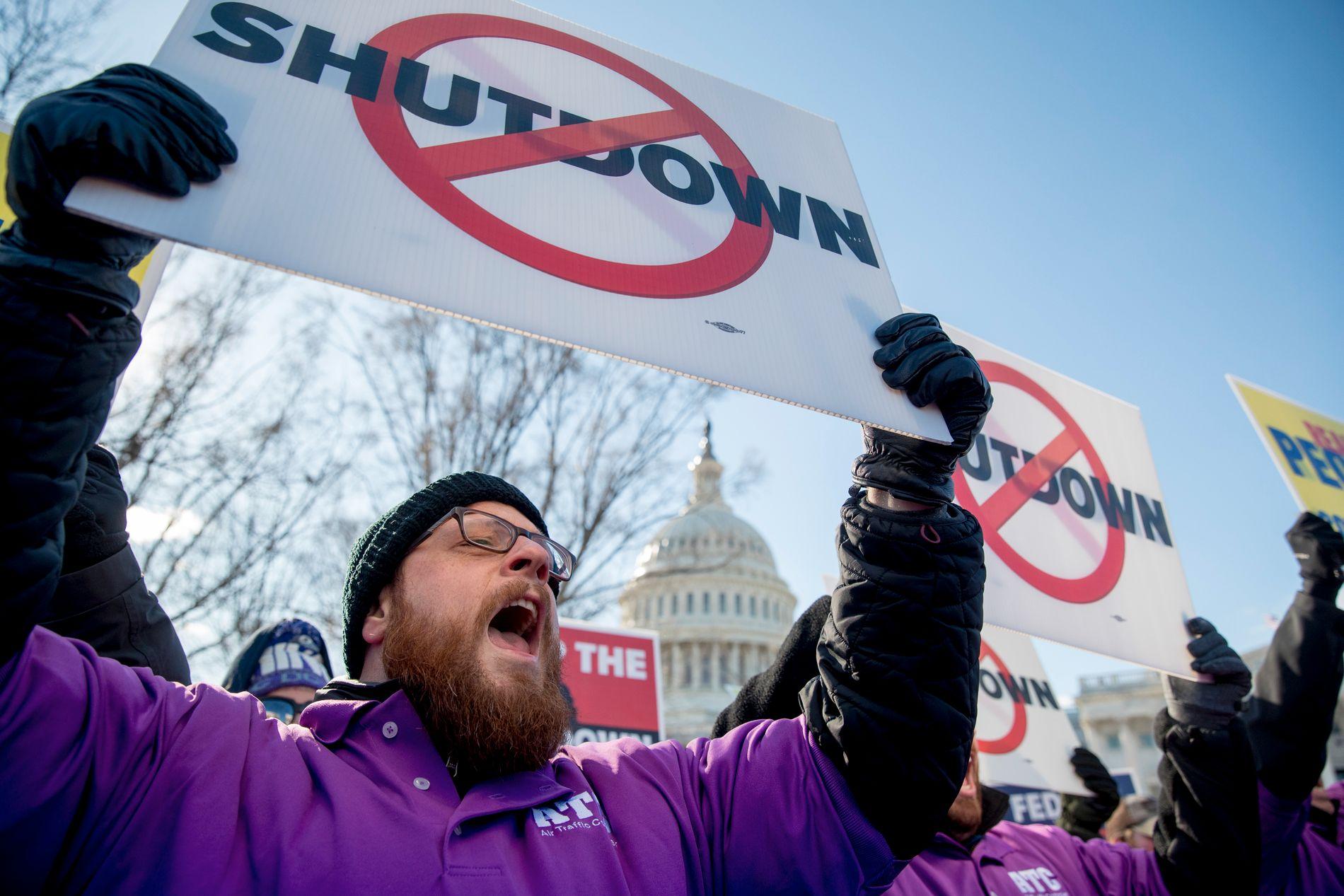 UBETALT ARBEID: Amerikanske flygeledere demonstrerer mot nedstengningen utenfor kongressbygningen i Washington D.C. Nå har fagforeningen deres gått til søksmål mot Trump.