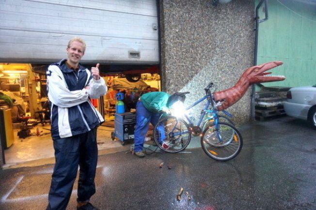 KUNSTPROSJEKT: Studenten brukte over et halvt år på sykkeldinosauren.