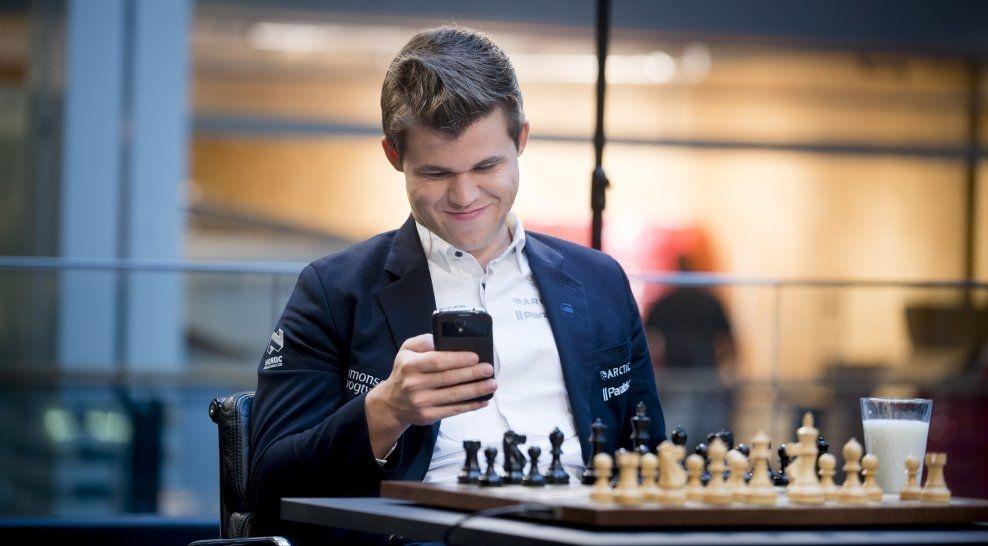 SJEKKET MOBILEN: Magnus Carlsen stemte selv flere ganger på vegne av det norske folk mot seg selv under partiet på Oslo City. Foto: Robert Eik
