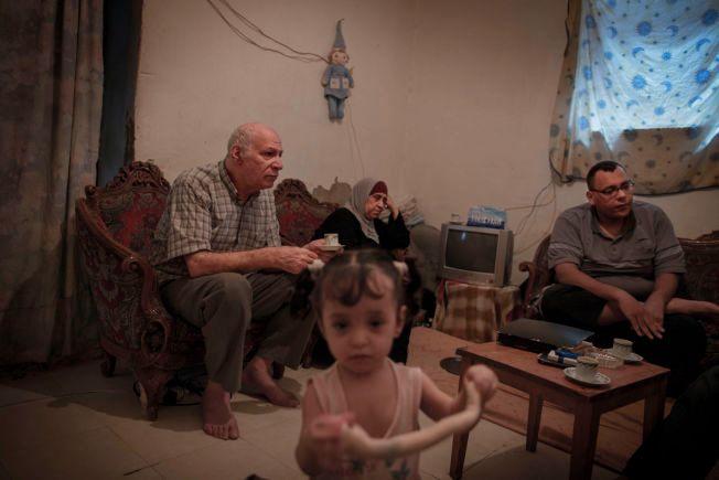 MIDDELKLASSE: Mohammed Stitan (62), Wisal Abo Madi (62), Ayham Stetan (30) og Maya (14 mnd) hadde et godt liv i Yarmouk i Syria. Nå er hjembyen omringet av soldater fra regimet i nord og IS i sør, og bare 12.000 av byens 200.000 innbyggere er igjen.