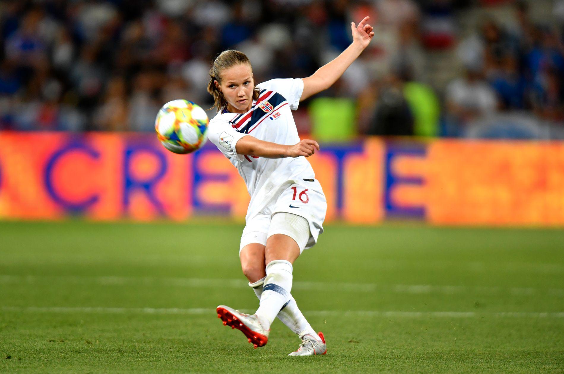 PERFEKSJON: Guro Reitens venstrebein er blant de bedre, men det er ikke det Chelsea-treneren er mest imponert av. Her er hun i aksjon mot Frankrike.