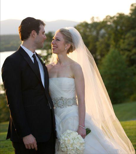 6fc1d824 STRENGT BEVOKTET: Chelsea Clintons og Marc Mezvinskys bryllupsfoto. Bildet  ble sendt ut etter vielsen siden pressen ikke hadde adgang til den strengt  ...