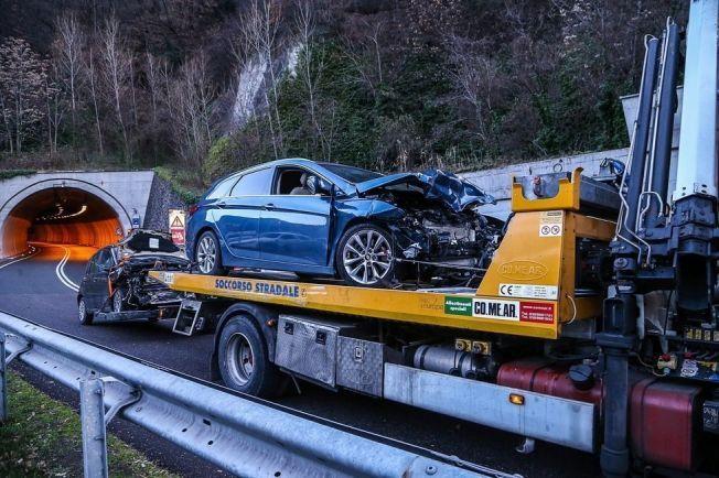 BILENE: Begge bilene i møteulykken bærer preg av det sterke sammenstøtet.