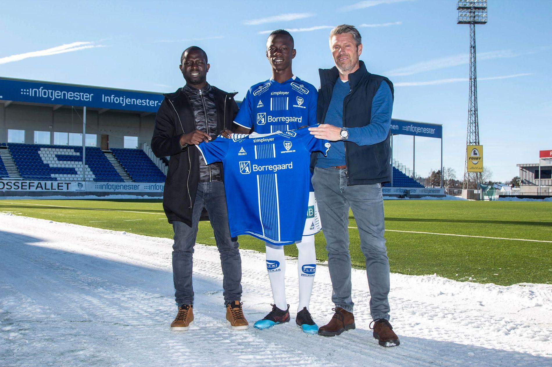 KLAR: Boubacar Konté poserer sammen med agenten og sportssjef i Sarpsborg 08, Thomas Berntsen.