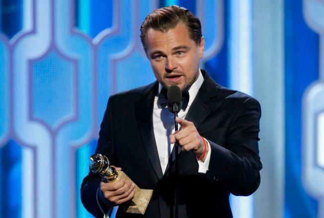 VINNER: Leonardo DiCaprio takker for prisen. Han har tidligere vunnet to Golden Globe-priser, men har vært nominert til fem Oscar-priser uten å vinne så langt.