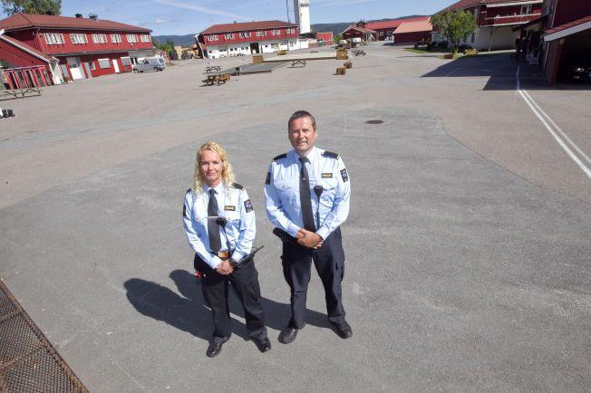 I HOF FENGSEL: Fengselsbetjentene Alf Håvard Nilsen og Marit Solheim passer på 109 innsatte alene i lavsikkerhetsfengselet i nordre Vestfold. De frykter for sin egen sikkerhet på jobb, men Anundsen mener bemanningen er forsvarlig.