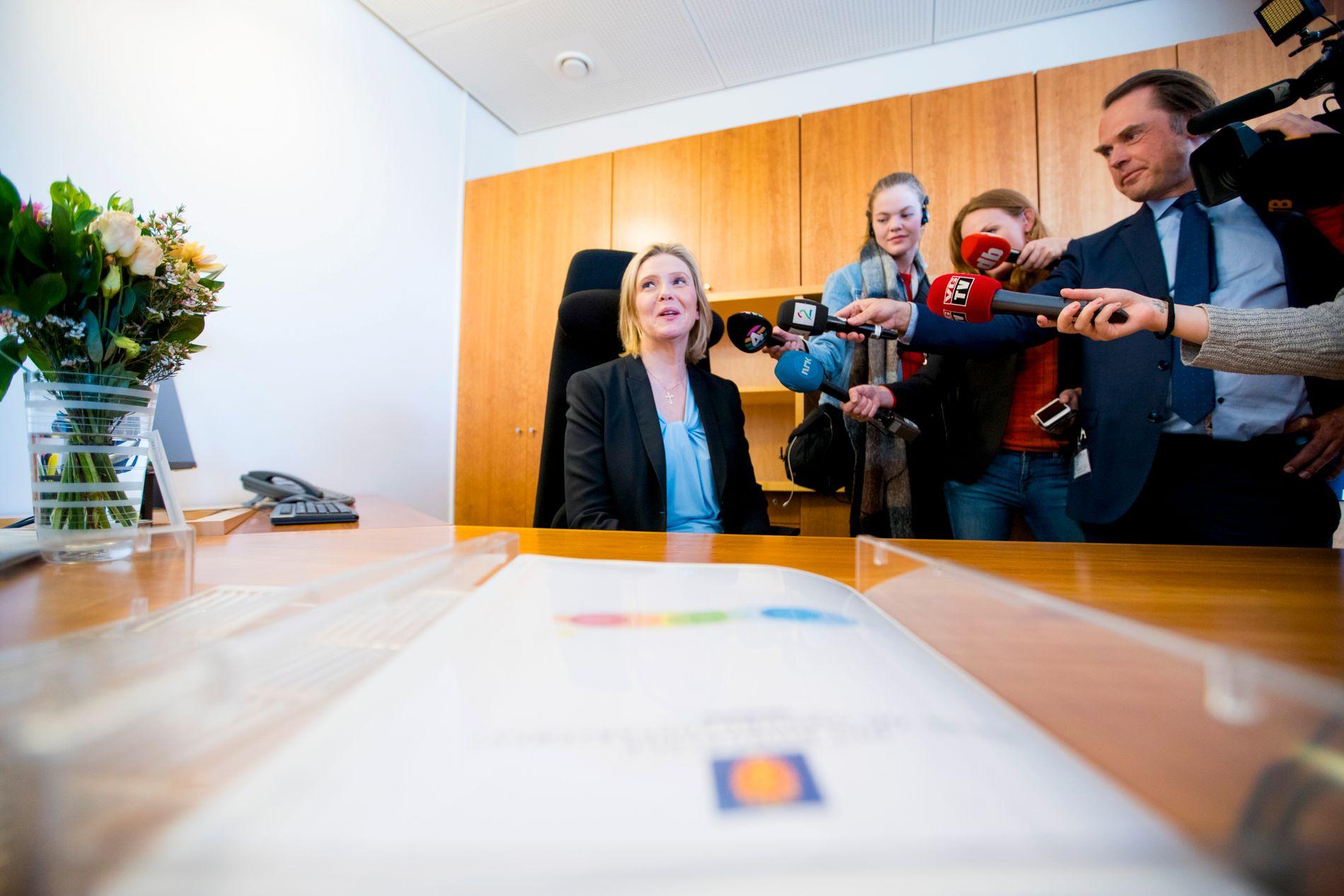 ELDRE- OG FOLKEHELSEMINISTER: Sylvi Listhaug ble utnevnt i mars i år. Her prøver hun statsrådsstolen etter nøkkeloverrekkelsen.