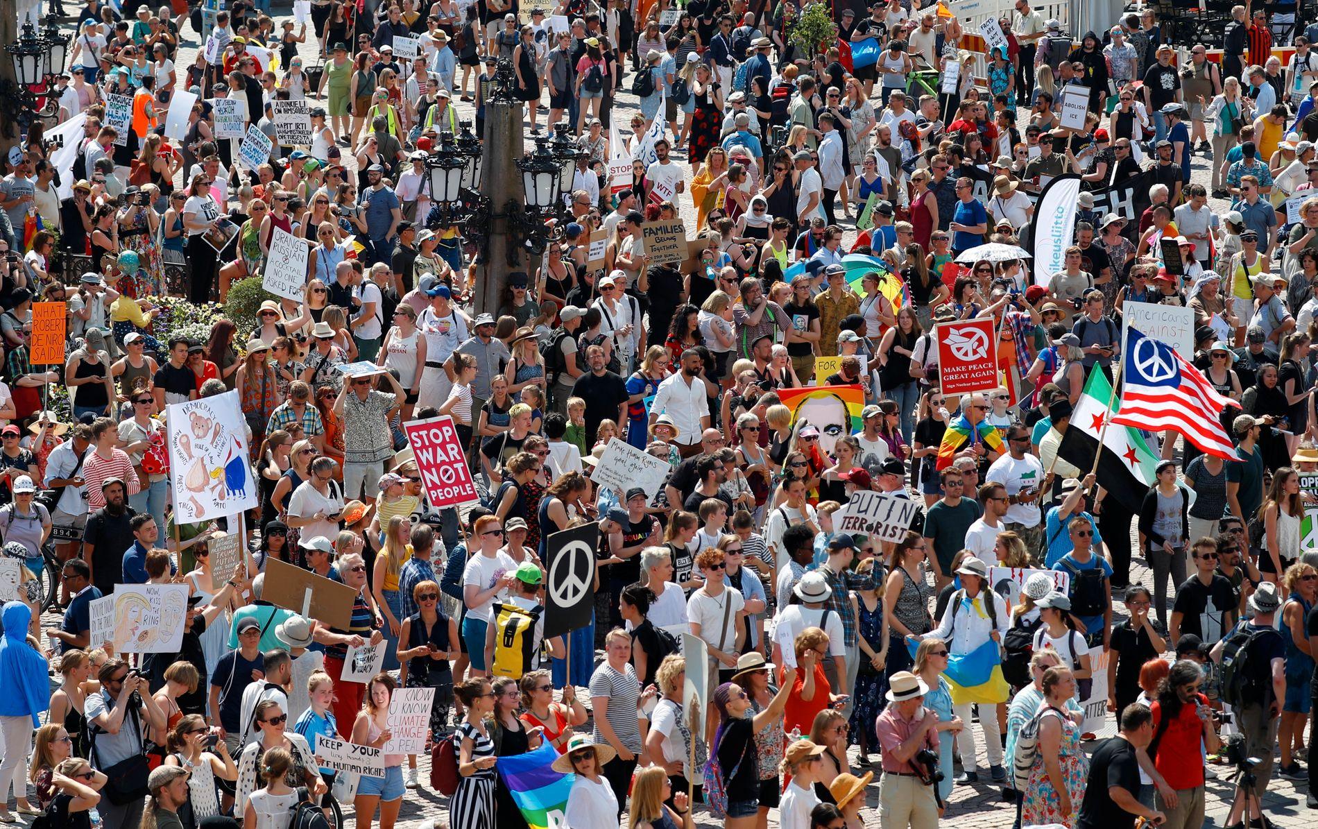 FLERE DEMONSTRANTER: Flere tusen demonstranter har møtt opp i Helsingfors søndag. Det er er forventet flere demonstrasjoner på mandag.