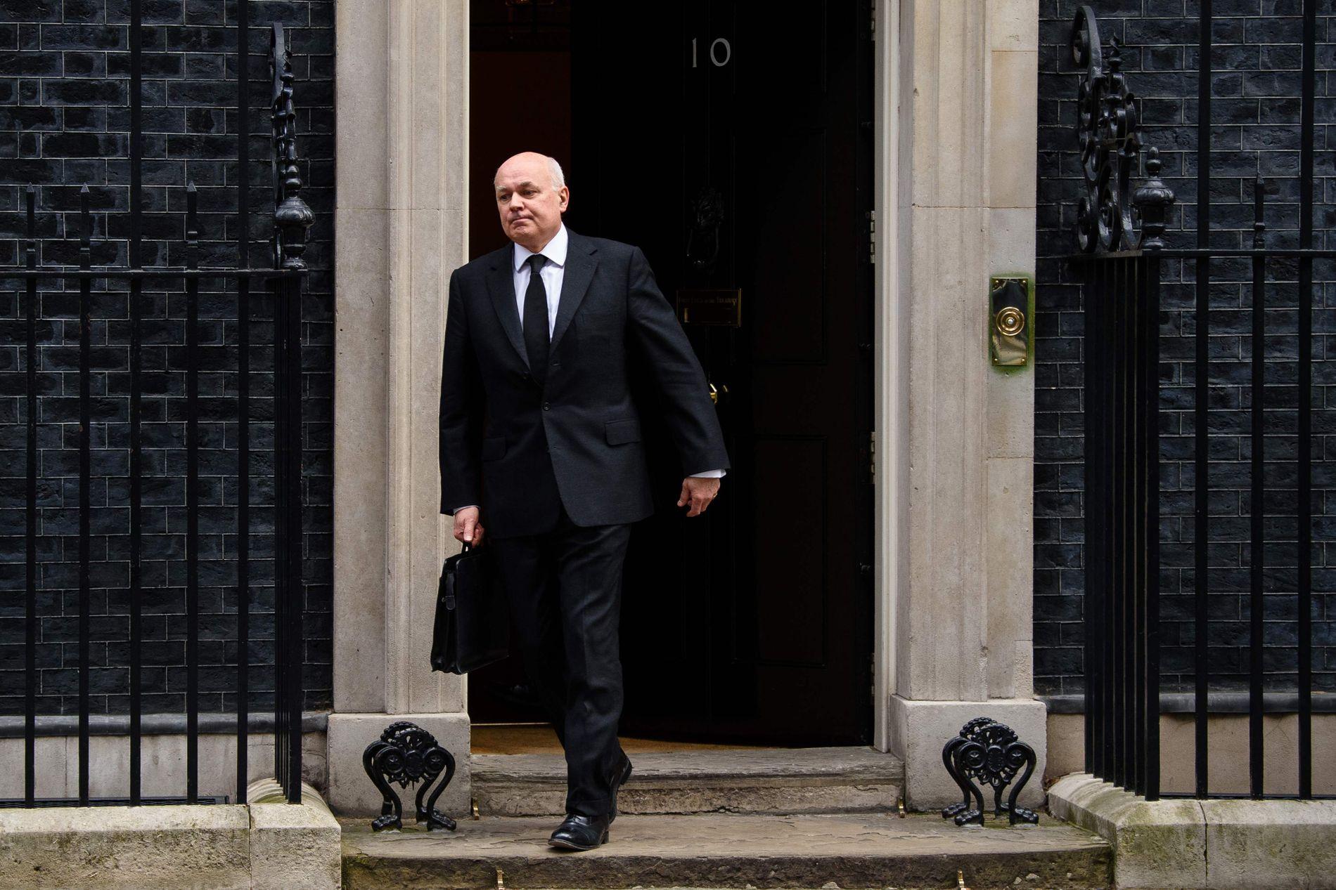 GIKK AV: Med arbeidsminister Iain Duncan Smiths hastige avgang fredag kveld, kom den opprivende konflikten innad i det konservative partiet til syne. Her forlater IDS Downing Street etter å ha blitt pålagt å kutte 16 mrd kr i trygdeutgifter.