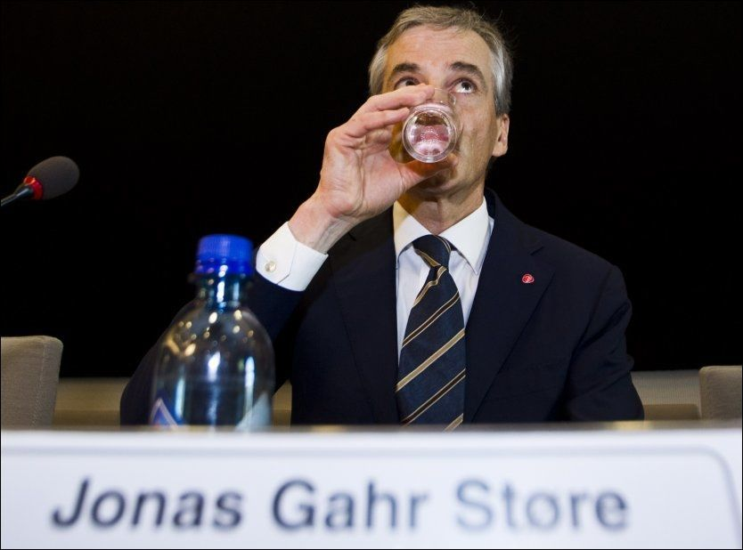 FÅR KRITIKk: Utenriksminister Jonas Gahr Støre (Ap) slukker tørsten før høringen om hans habilitiet i Tschudi-saken i Stortingets kontroll- og konstitusjonskomité. Foto: Vegard Grøtt / NTB scanpix