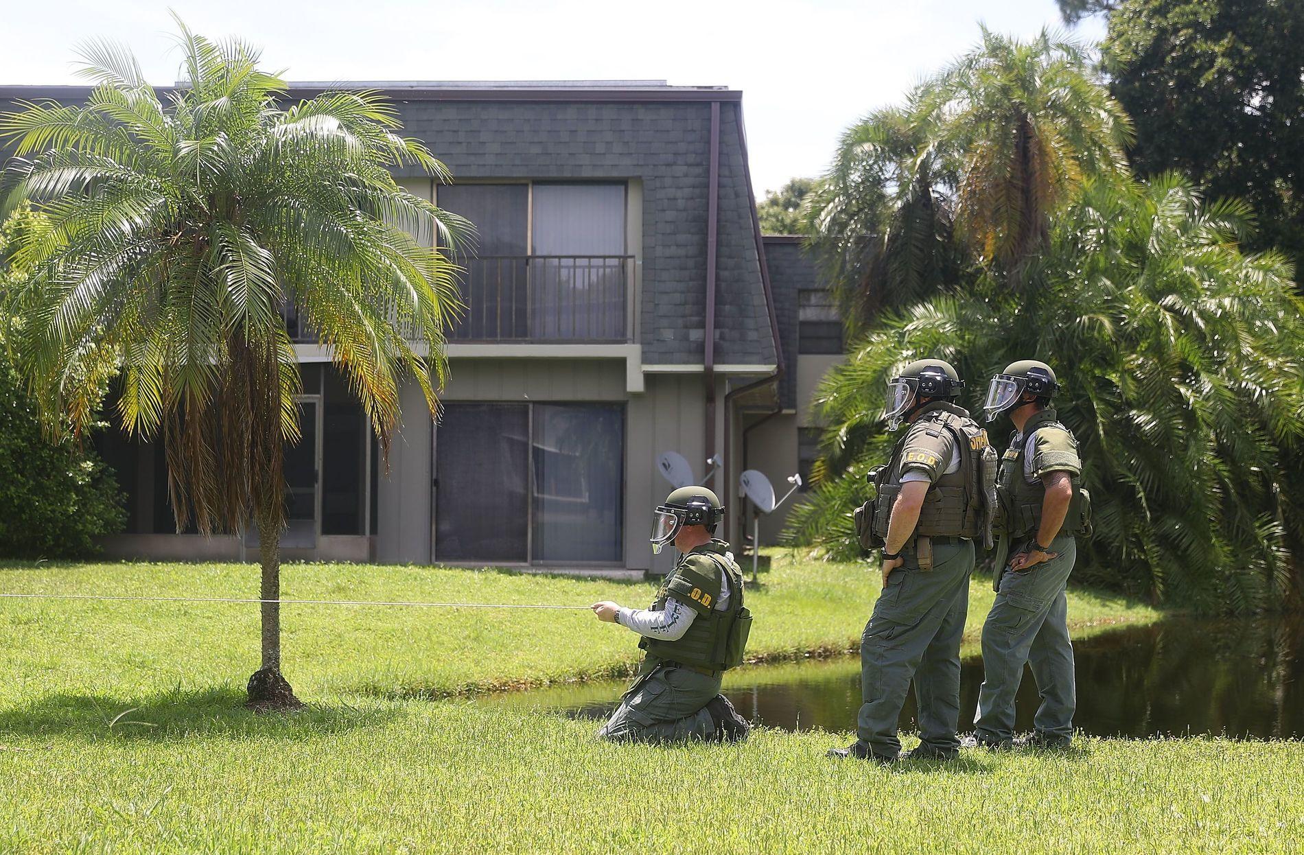 BAKDØREN: Det var her - gjennom en ulåst dør ut mot bakhagen til leilighetskomplekset i Fort Pierce - at noen få medier tok seg inn i massedrapsmannen Omar Mateens leilighet.