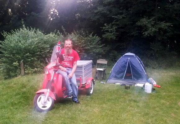 Roy ruller på moped til Spania