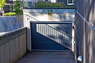 ÅSTED: Politiet mener Nokas-Betew ba Bandidos-profilen Lars Harnes om å drepe Imran Saber alias «Onkel Skrue» i denne garasjen i Oslo.
