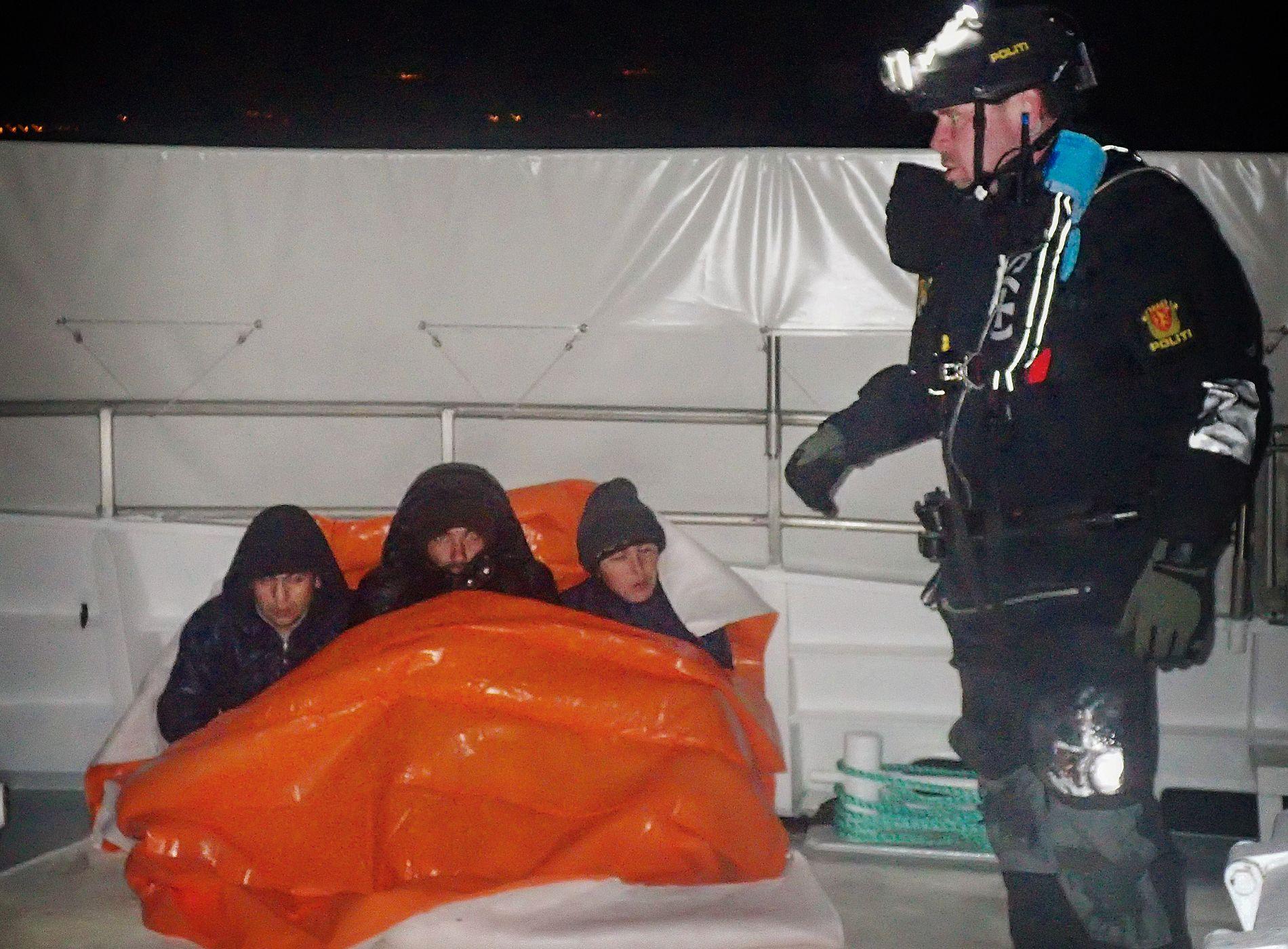 DEN SISTE AKSJONEN: Tre av afghanerne fra gummibåten og politimannen Kjetil Enger.