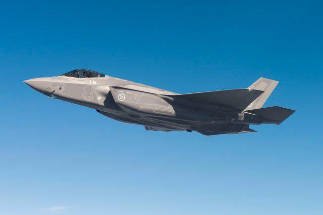 KAMPFLY: – Boka vår diskuterer verken Nato-medlemskapet eller valget av F-35. Det vi etterlyser debatt om, er hva en ensidig investering i en stor kampflyflåte, på bekostning av andre deler av det nasjonale forsvaret, kan komme til å bety for forsvaret av Norge og Norges rolle i verden, skriver forfatterne.