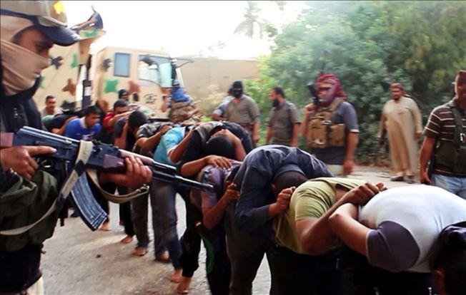 BRUTAL FRAMFERD: Her er et bilde fra en millitant nettside hvor ISIL soldater holder irakiske soldater fanget etter at de tok over en millitærbase i Tikrit. Bildet er distribuert i midten av Juni.