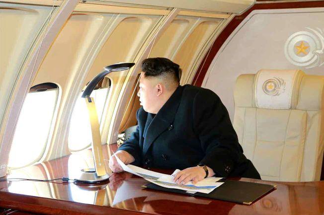 INSPISERER: Kim Jong-un i privatflyet sitt.