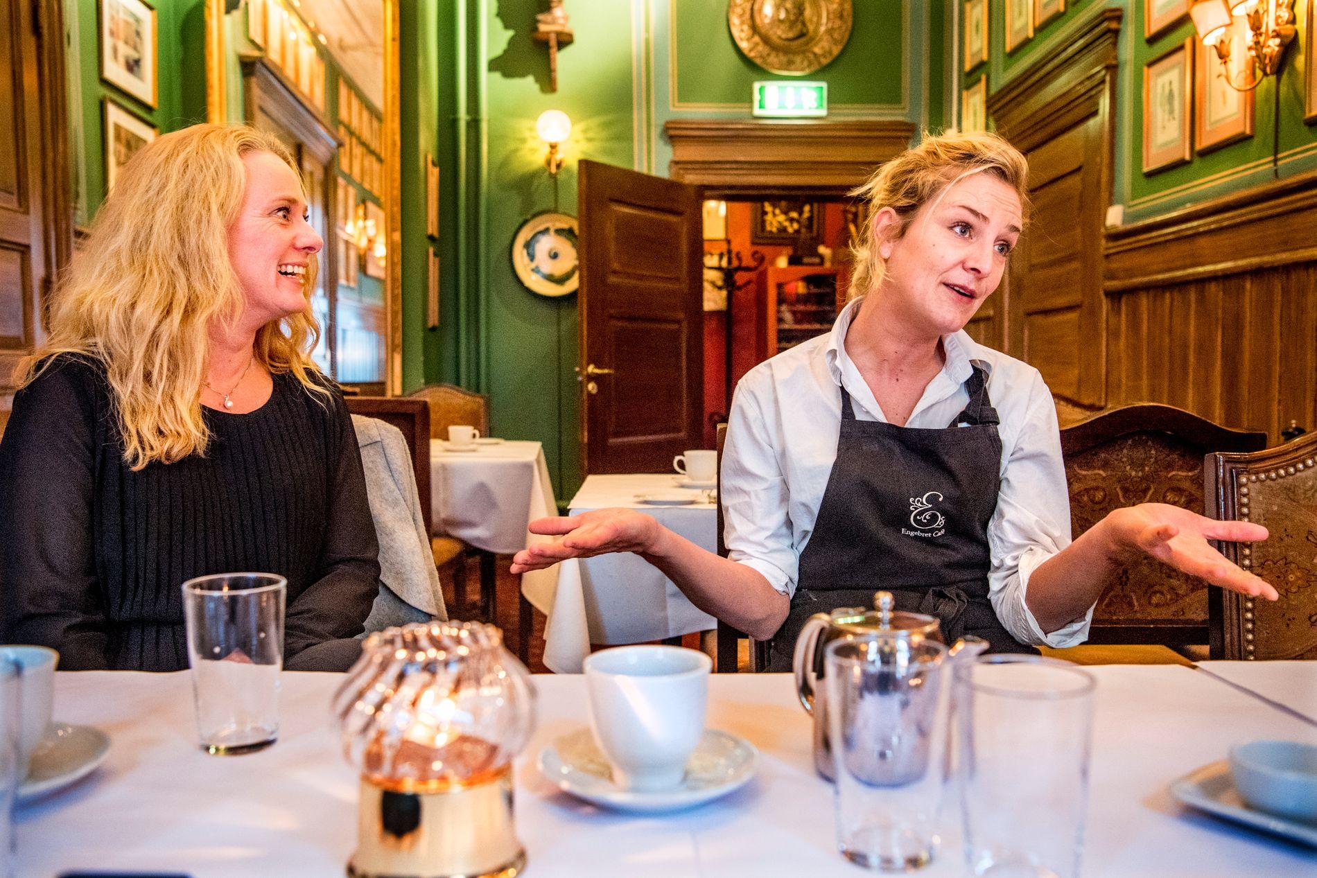 KAN BLI FUKTIG: – Det er ikke uvanlig at hver gjest drikker to-tre akevitt mot slutten av kvelden på julebord. Folk er i godt humør, og kan kanskje oftere trå over streken, sier servitør ved Engebret Café, Karen Mortensen. Her sammen med arbeidsminister Anniken Hauglie.