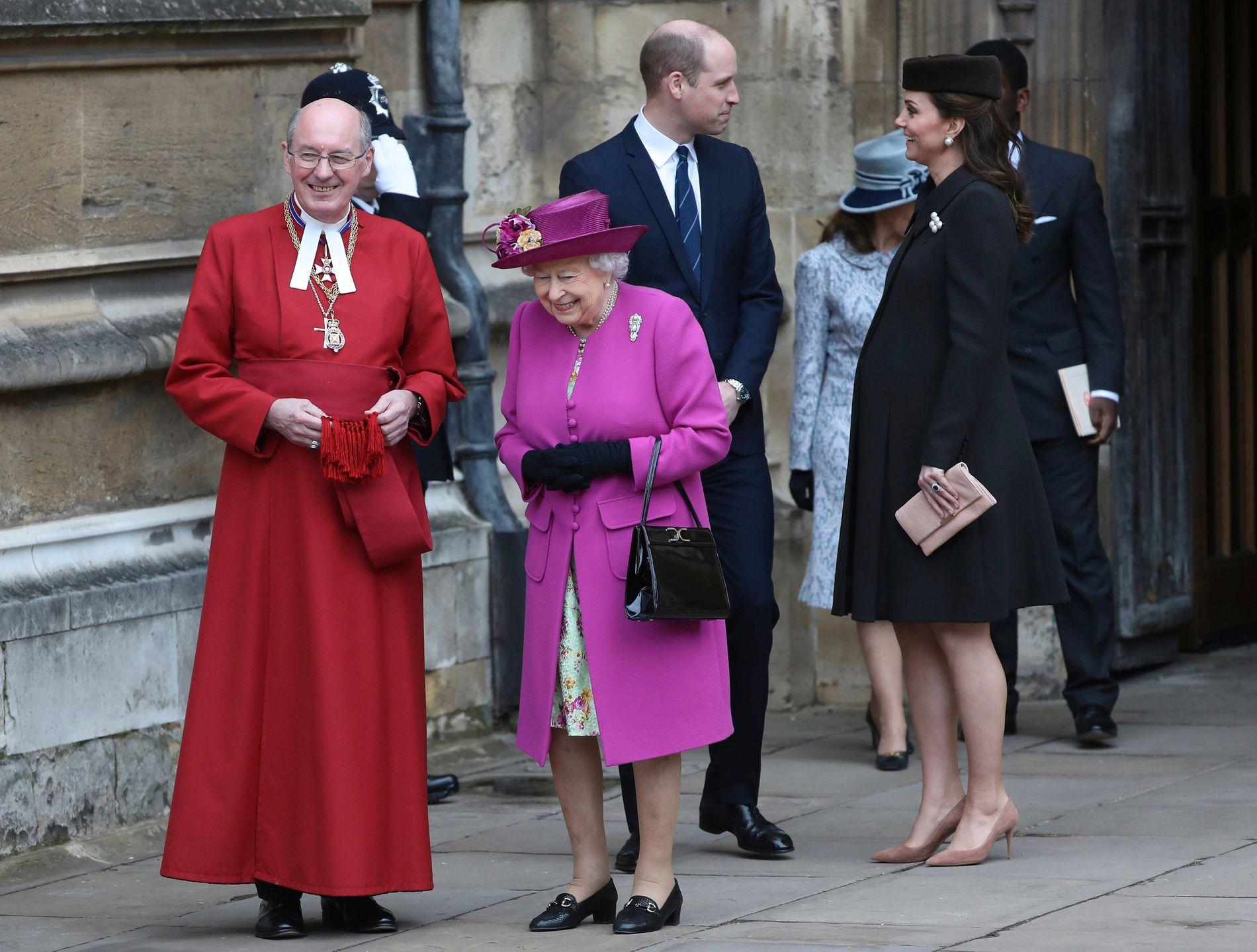 PÅSKEMESSE: Dronning Elizabeth, prins William og Hertuginne Kate på vei ut fra påskemesse i St. George Chapel i Windsor første påskedag.