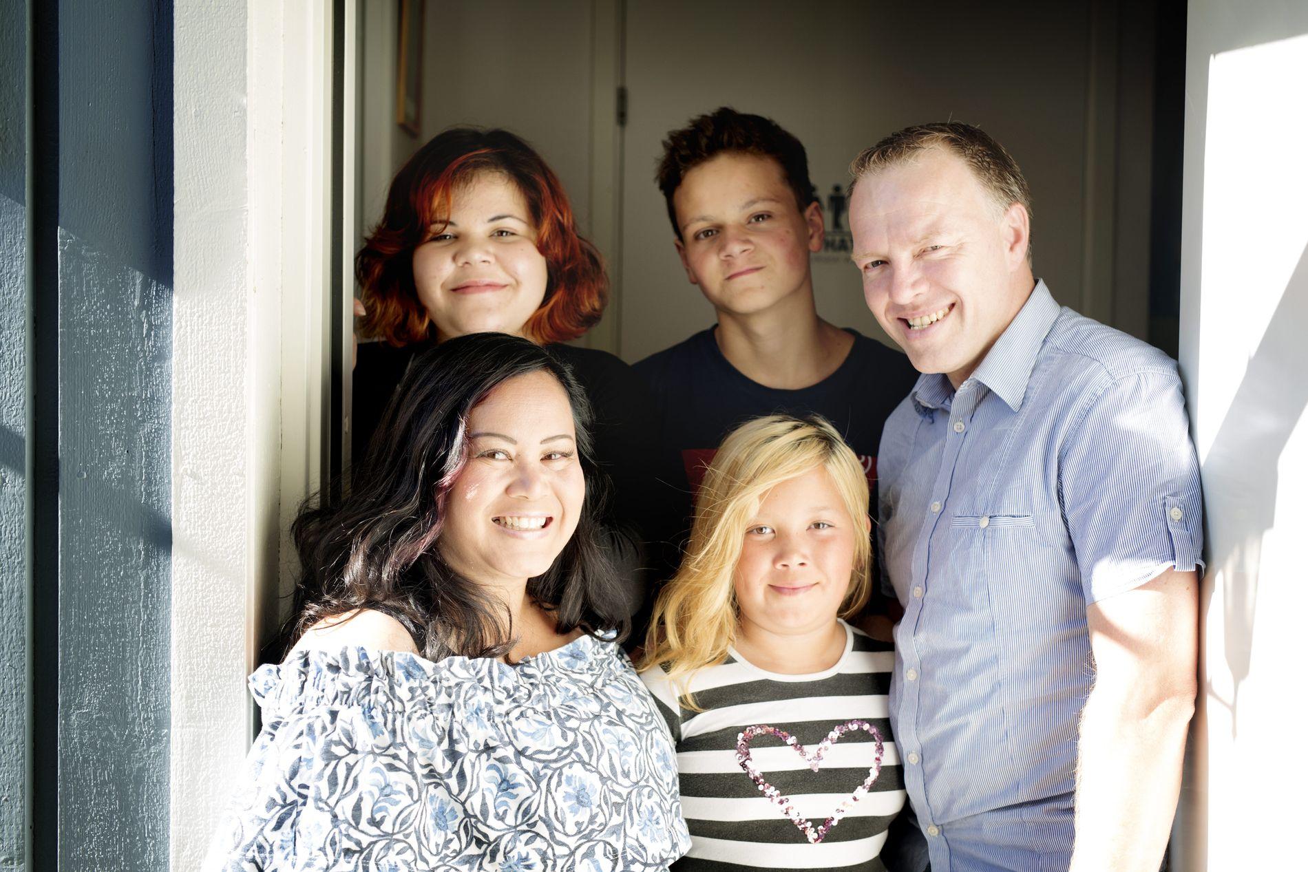 FIKK KABALEN TIL Å GÅ OPP: Maria Åkesson og samboer Martin Erlandsson med tre av barna.