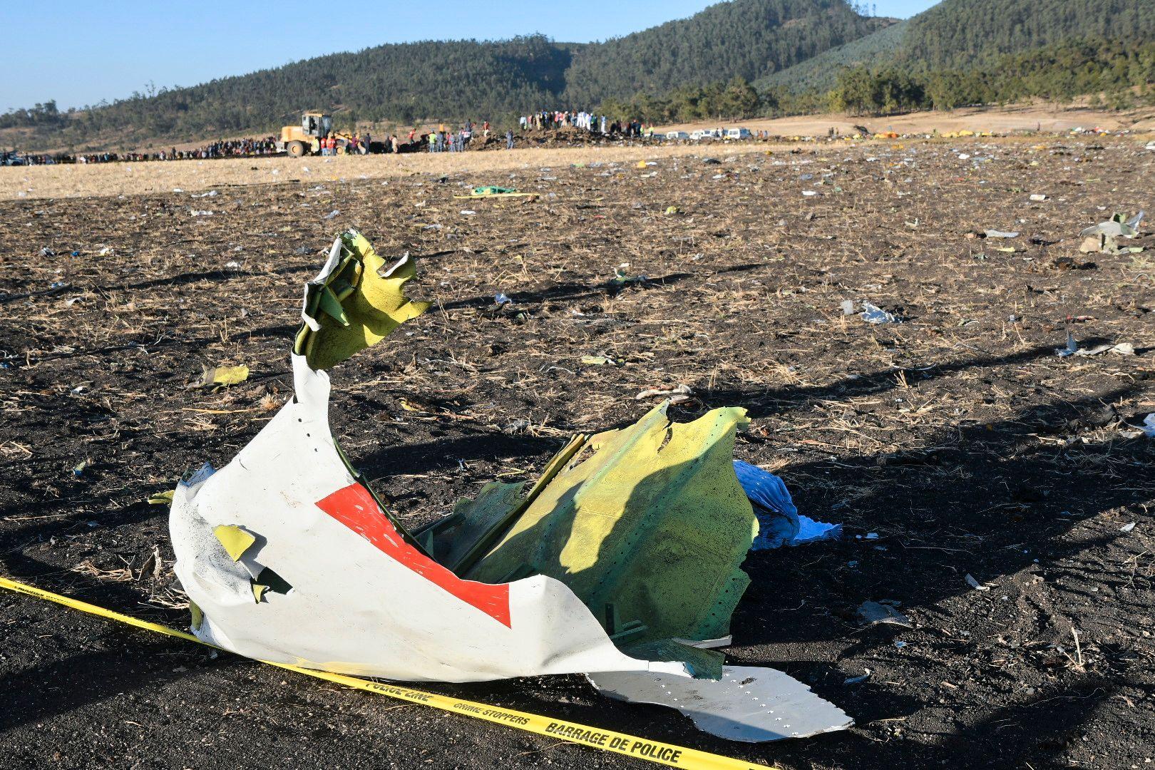 VRAKDELER: Deler fra det styrtede flyet er spredt over et stort område i Bishoftu-området like utenfor lufthavnen i Etiopias hovedstad Addis Abeba.