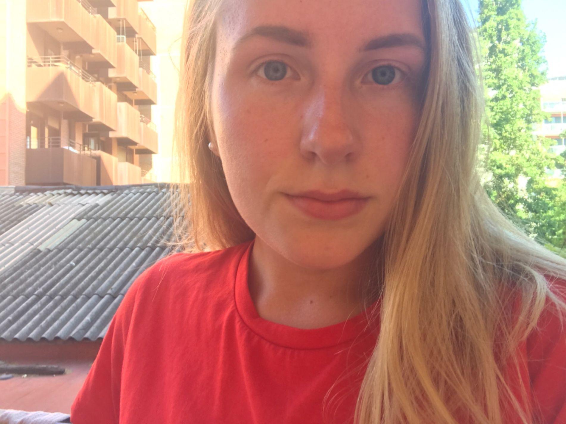 KOM SEG UNNA: Rikke Nervik (19) hev seg på en buss da hun så mange folk løpe gjennom La Rambla. Hun forteller til VG at hun nå er i sikkerhet.