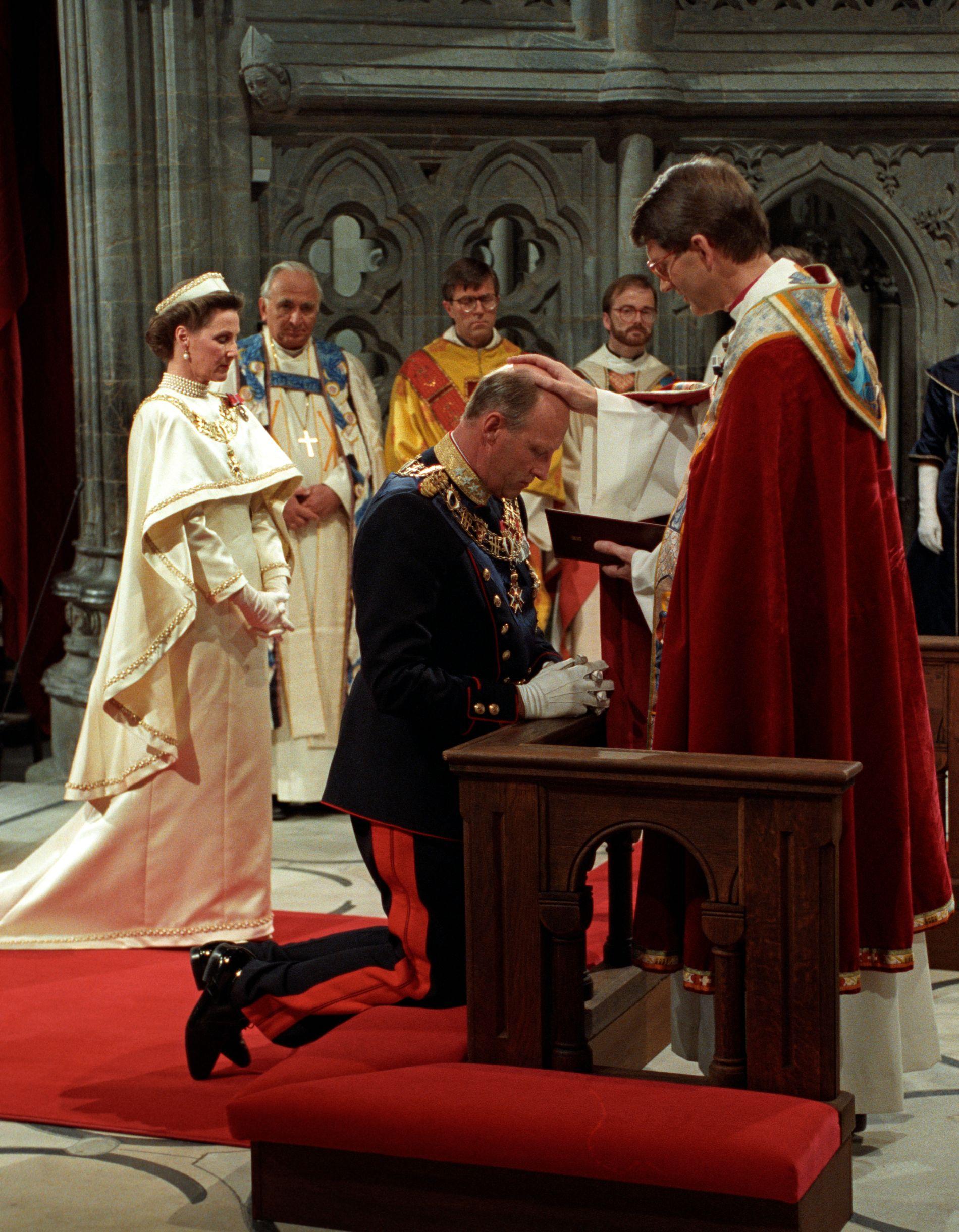 25 ÅR SIDEN: Biskop Finn Wagle signer kongen. Dronning Sonja i bakgrunnen, ved siden av biskop Andreas Aarflot.