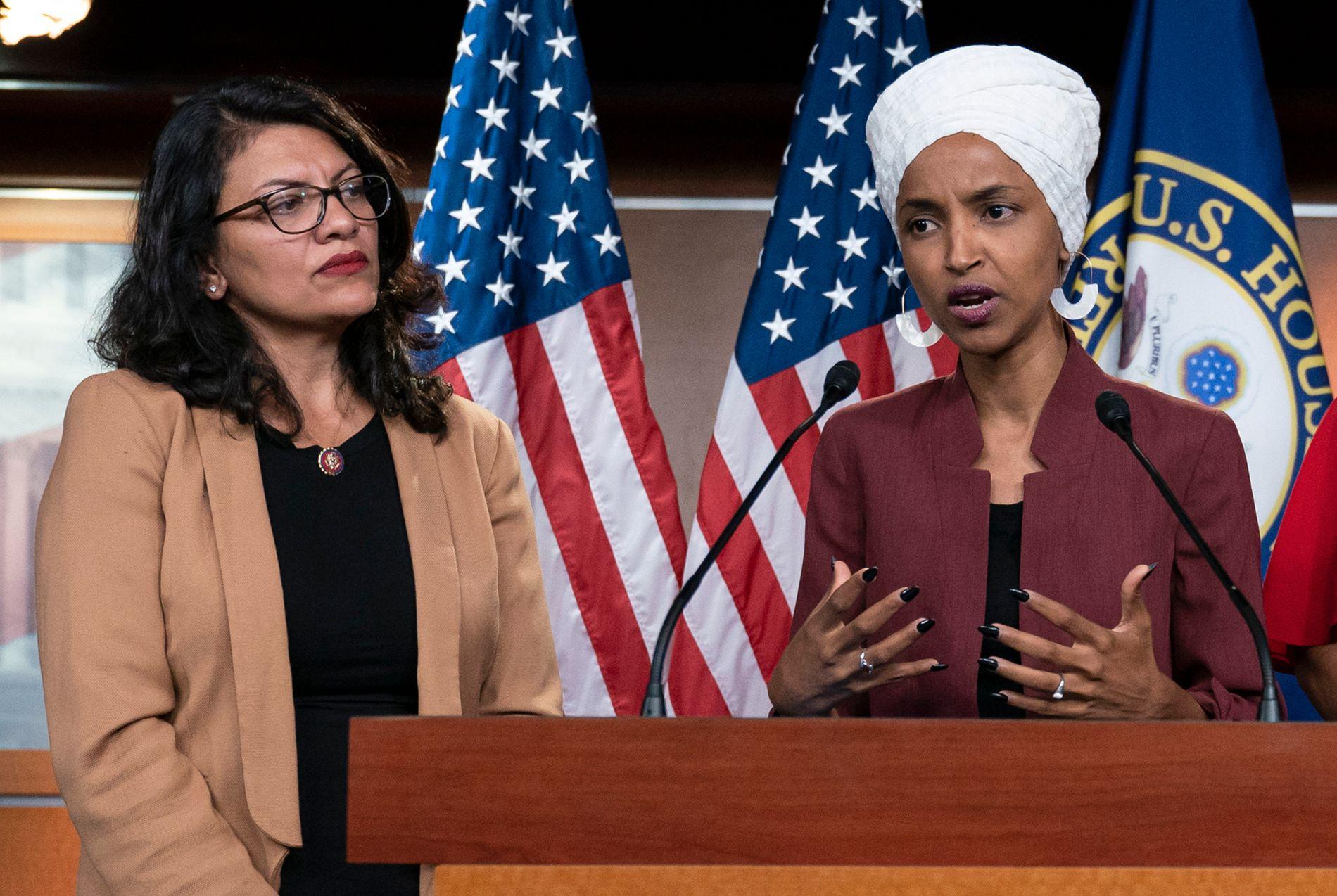 BLE NEKTET: Kongressmedlemmene Ilhan Omar (til høyre) og Rashida Tlaib sitter i Representantenes hus i den amerikanske kongressen. Torsdag ble de nektet innreise til Israel.