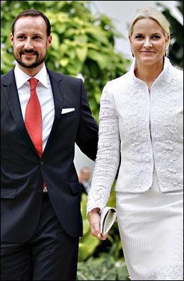 UTENLANDSREISE: Kronprins Haakon og kronprinsesse Mette Marit avbildet utenfor hotell Shangri-La i Jakarta mandag. Foto: GISLE ODDSTAD